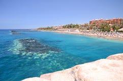 Herrlicher azurblauer sandiger Playa Del Duque in Costa Adeje auf Teneriffa Stockfotos