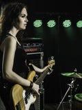 Herrlicher Bass-Spieler auf Stadium Lizenzfreie Stockbilder