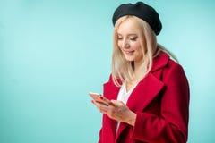 Herrlicher blonder Student, der einen Telefonanruf macht Lizenzfreie Stockfotografie