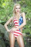 Herrlicher blonder tragender Badeanzug der amerikanischen Flagge Lizenzfreies Stockbild