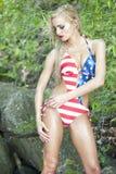Herrlicher blonder tragender Badeanzug der amerikanischen Flagge Stockfotos
