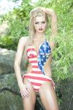 Herrlicher blonder tragender Badeanzug der amerikanischen Flagge Stockfotografie