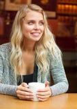 Herrlicher blonder trinkender Kaffee Lizenzfreie Stockbilder