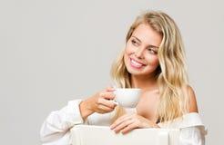 Herrlicher blonder trinkender Kaffee Lizenzfreie Stockfotografie