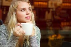 Herrlicher blonder trinkender Kaffee Lizenzfreies Stockfoto