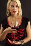 Herrlicher blonder trinkender Rotwein Stockfoto