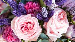 Herrlicher Blumenstrau? von Rosen und von Gartennelken mit dekorativen Trockenblumen stockfoto