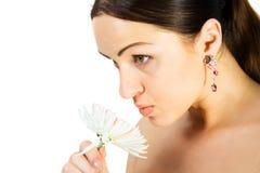 Herrlicher Brunette mit Blume Stockfotografie