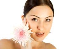 Herrlicher Brunette mit Blume stockbild