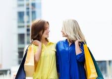 Herrlicher Brunette und blondes Sein glücklich mit Einkaufstaschen Stockbilder