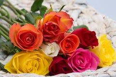 Herrlicher Geschenkkorb voll von Rosen stockfoto