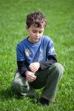 Herrlicher Junge auf einem Grasgebiet Lizenzfreie Stockfotografie