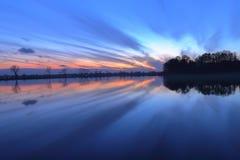 Herrlicher Sonnenuntergang über dem See Stockfoto