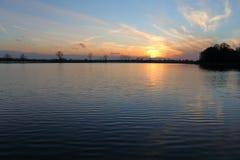 Herrlicher Sonnenuntergang über dem See Lizenzfreie Stockfotografie