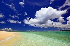 Herrlicher Strand in der Sommerzeit Lizenzfreie Stockbilder