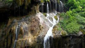 Herrlicher Wasserfall, der von einer hohen Klippe, Chegem-Schlucht fällt stock video footage