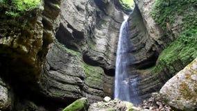 Herrlicher Wasserfall, der von einer hohen Klippe, Chegem-Schlucht fällt stock video