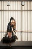 Herrlicher weiblicher Balletttänzer, der an der Wand steht stockfoto