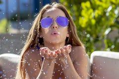 Herrliches blondes Bikini-Modell Posing Outdoors In die Wüste Lizenzfreie Stockfotos