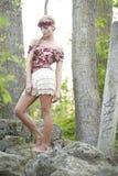 Herrliches blondes in der roten Blumen-Krone Lizenzfreies Stockfoto