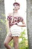 Herrliches blondes in der roten Blumen-Krone Stockfotos