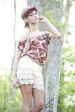 Herrliches blondes in der roten Blumen-Krone Stockbild