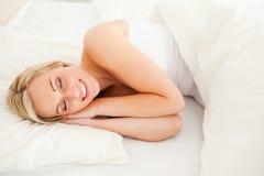 Herrliches blondes Frauenschlafen Lizenzfreie Stockbilder