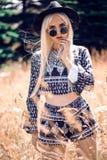Herrliches blondes junges Mädchen bei der Aufstellung Lizenzfreie Stockfotos