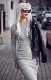 Herrliches blondes junges Mädchen, wenn Sie draußen aufwerfen Lizenzfreie Stockfotografie