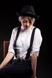 Herrliches blondes Modell mit den Hosenträgern und weißem Hemd, die a tragen Lizenzfreies Stockbild