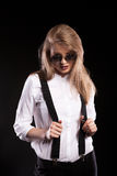 Herrliches blondes Modell mit Hosenträgern und weißem Hemd Lizenzfreie Stockbilder