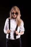 Herrliches blondes Modell mit Hosenträgern und weißem Hemd Stockfotos