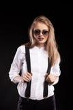 Herrliches blondes Modell mit Hosenträgern und weißem Hemd Lizenzfreie Stockfotografie