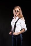 Herrliches blondes Modell mit Hosenträgern und weißem Hemd Stockfotografie