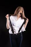 Herrliches blondes Modell mit Hosenträgern und weißem Hemd Lizenzfreies Stockfoto