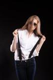 Herrliches blondes Modell mit Hosenträgern und weißem Hemd Lizenzfreie Stockfotos