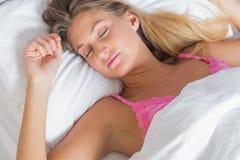 Herrliches blondes Schlafen im Bett Stockbilder