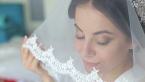Herrliches Brautporträt mit Make-up morgens im Raum nahe Fenster stock video