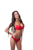 Herrliches dünnes Modell kleidete in der roten erotischen Wäsche an Lizenzfreies Stockfoto