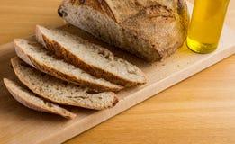 Herrliches Frühstück mit handgemachtem Brot und Olive Oil stockfoto