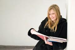 Herrliches junges blondes Kursteilnehmermädchen. Stockfoto