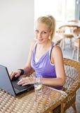 Herrliches junges blondes, Spaß mit Laptop habend. Stockbilder