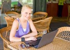 Herrliches junges blondes, Spaß mit Laptop habend. Lizenzfreies Stockfoto