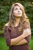 Herrliches junges Brunettemädchen in der Natur. Lizenzfreie Stockfotografie
