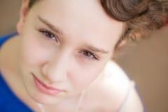 Herrliches junges Mädchen, das oben der Kamera betrachtet Lizenzfreies Stockfoto
