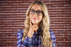 Herrliches lächelndes blondes Hippie-Denken Lizenzfreie Stockbilder