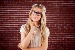 Herrliches lächelndes blondes Hippie-Denken Lizenzfreie Stockfotografie