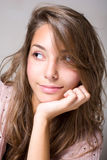Herrliches lächelndes junges Brunettemädchen. Lizenzfreies Stockbild