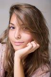 Herrliches lächelndes junges Brunettemädchen. Stockbild