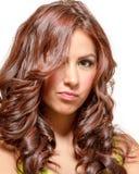 Herrliches Latina mit langem gewelltem Rot tönte Haar ab Lizenzfreies Stockfoto